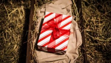 FESTIVALS-CHRISTMAS TRAD-present